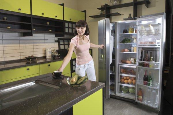 Каждая хозяйка должна знать, как избавиться от неприятного запаха в холодильнике