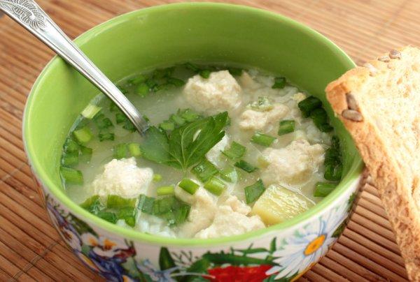 Подавай рисовый суп с зеленью и сметаной