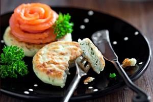 Сырники лучше всего сочетаются со сметаной