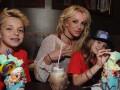 Бритни Спирс вместе с сыновьями провела время в парке развлечений
