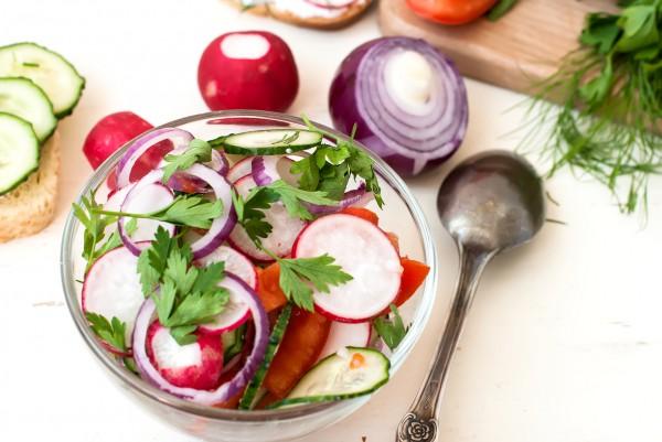 Рецепт                  Весенний салат из редиса, огурцов и помидоров
