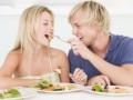 Романтический ужин из одной тарелки сближает партнеров