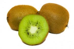 Киви содержит большое количество витамина С