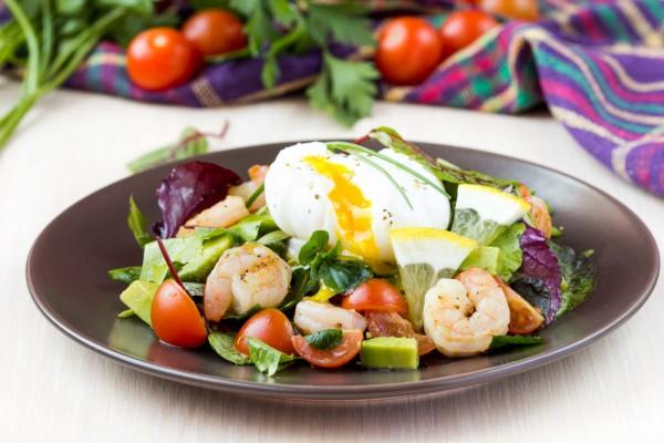 Салат с креветками, авокадо и яйцом пашот