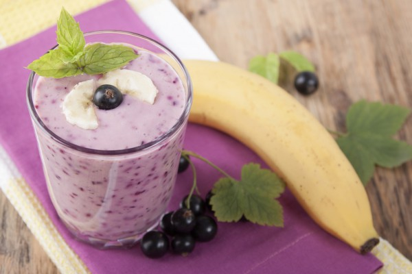 Завтрак из овсянки, банана и смородины