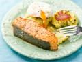 Жареный лосось с картофельными котлетами и яйцом-пашот