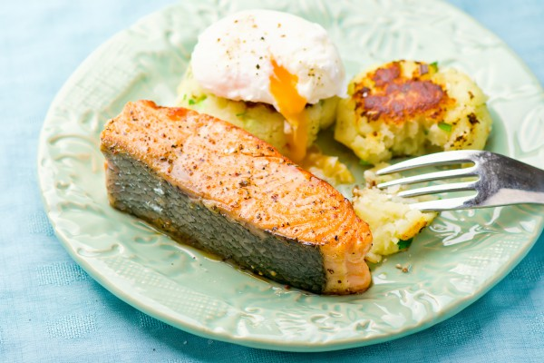 Рецепт                  Жареный лосось с картофельными котлетами и яйцом-пашот
