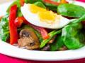 Салат из шпината, сладкого перца и яиц