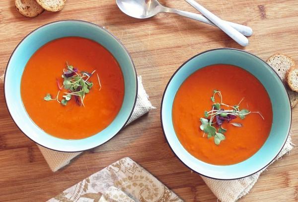 Острый томатный суп с куриным филе