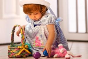 В Страстную Субботу люди готовятся к Пасхе и красят яйца