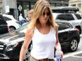 Дженнифер Энистон надела прозрачную майку для прогулки по Нью-Йорку