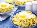 Как приготовить пасту с жареным яйцом и сыром