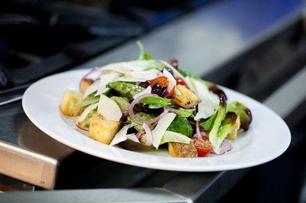 Рецепт                  Пасхальный салат: Панцанелла с помидорами черри