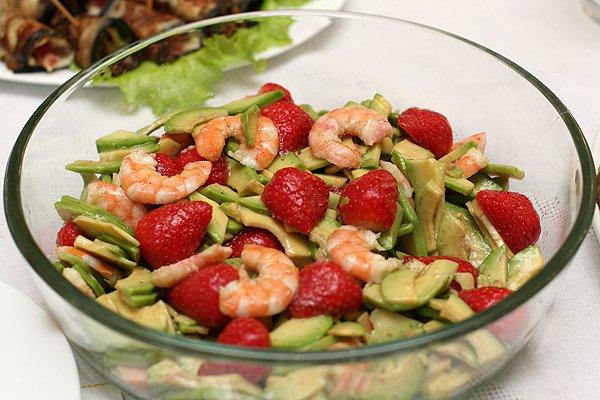 Рецепт                  Салат из креветок и авокадо с клубникой