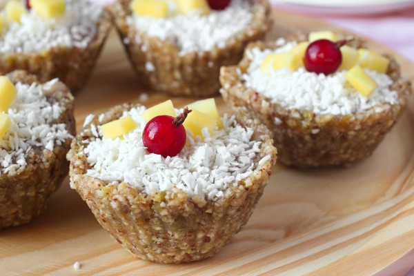 Постные пирожные с орехами и фруктами