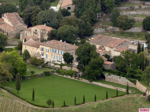 Дом Брэд Питта и Анджелины Джоли: 60 миллионов долларов. В этом доме есть все. Например, 35 комнат, в которых расположились члены семьи и прислуга.