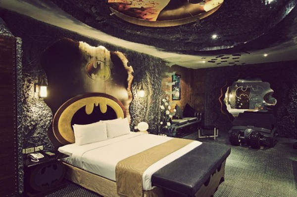 Комната Бэтмена с бэтмобилем в тайваньском отеле