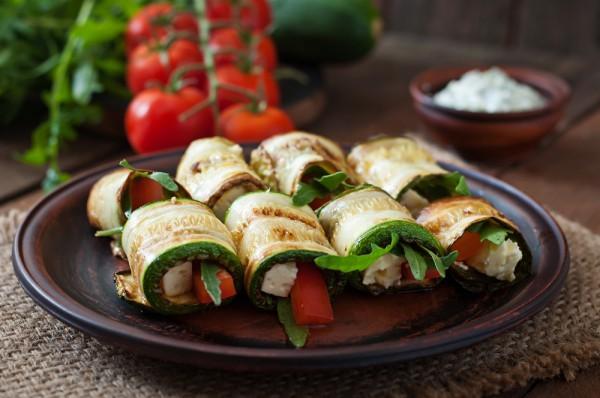 Рецепт                  Рулетики из кабачков с помидорами и сыром