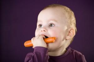 Морковка в сыром виде очень полезна для ребенка
