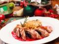 Блюда на Новый год: Куриные рулетики в беконе с черносливом