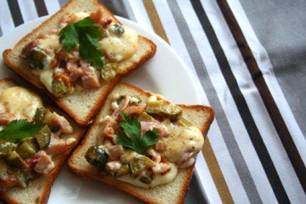 Рецепт                  Горячие бутерброды с курицей и огурцами