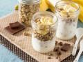 Йогурт с гранолой и бананами