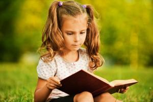 Будущий школьник должен уметь описывать изображения и картинки, так чтобы сложить все сказанное в связный текст