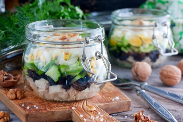 Салат с курицей и черносливом: рецепт к Новому году