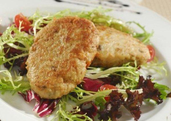 Подавай рыбные котлеты на листьях салата