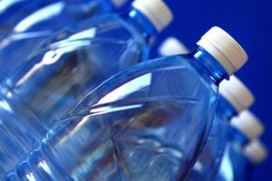 Вода в пластиковых бутылках хранится  6 месяцев.
