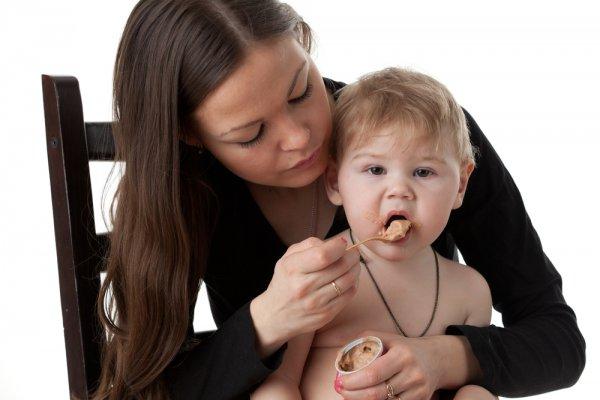 Если ребенку нет трех лет, не жди, пока вся семья сядет за стол, накорми малыша раньше