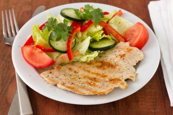 Жареное филе индейки с овощным салатом