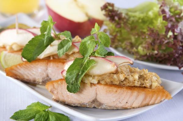 Рецепт                  Запеченный лосось с яблоками и медом