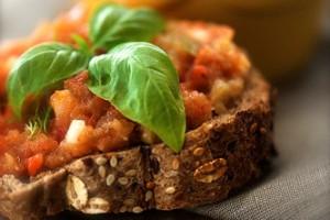 Кроме баклажанов, в икру добавляют лук, помидоры и сладкий перец