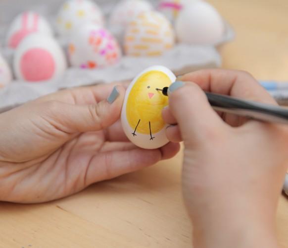 Помоги ребенку разрисовать пасхальные яйца