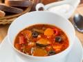 Томатный суп с овощами и маслинами