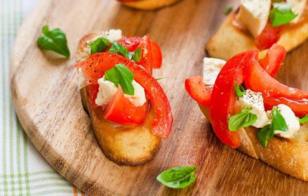 Рецепт                  Брускетта с помидорами и моцареллой