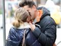Скарлетт Йоханссон целуется с журналистом на публике