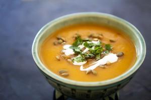 Подавай готовый суп со свежей зеленью и тыквенными семечками