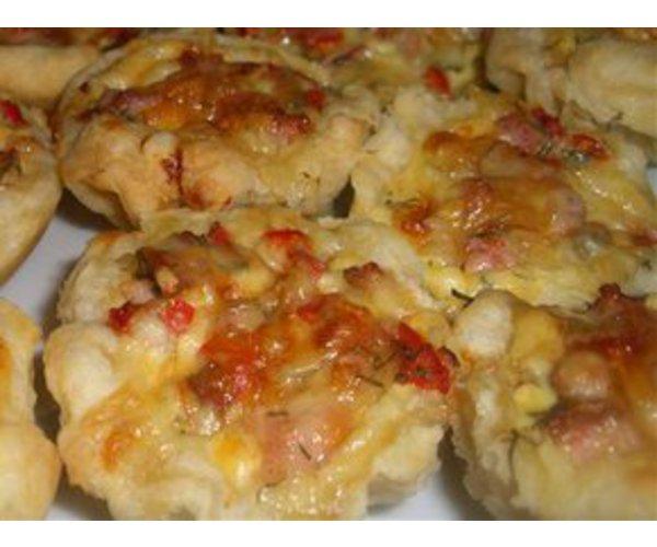 Рецепт                  Слоеные корзиночки с помидорами и ветчиной