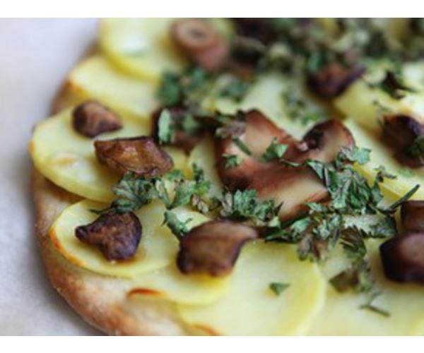 Готовую пиццу посыпь зеленью петрушки