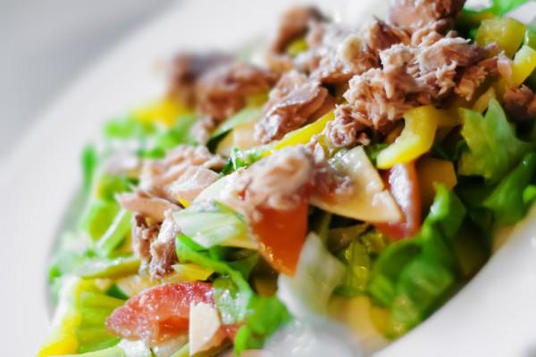 Рецепт к Рождеству: вкусный салат из куриного филе и киви