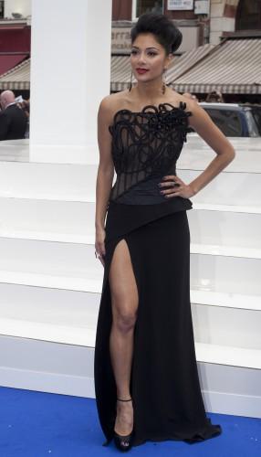Николь Шерзингер: фото в вязаном платье без белья