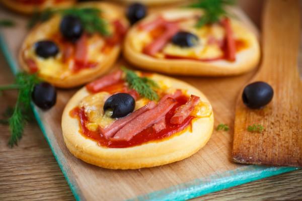Рецепт                  Мини-пицца с ветчиной и маслинами