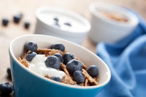 Рецепт                  Полезный завтрак: Йогурт с фруктами и хлопьями