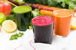 Нет ничего проще, чем приготовить оздоровительный коктейль из трех самых полезных овощей: моркови, свеклы и сельдерея