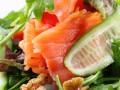 Праздничный салат из лосося с орехами
