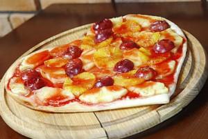 Пицца с фруктами на День Валентина