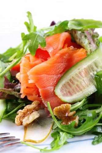 Рецепт                  Праздничный салат из лосося с орехами