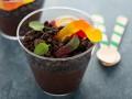 Рецепты на Хэллоуин: десерт Земля с червяками